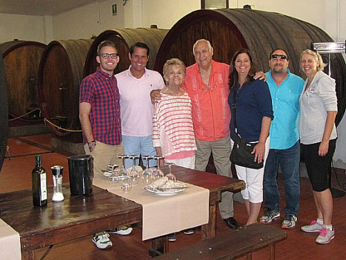 family-wine-tasting-in-lucc