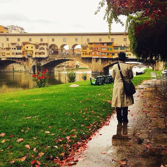 Ponte Vecchio is full of charme even in rainy days! - photo credit @tuscanybuzz