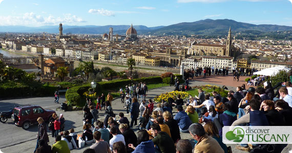 crowd at piazzale mighelangelo